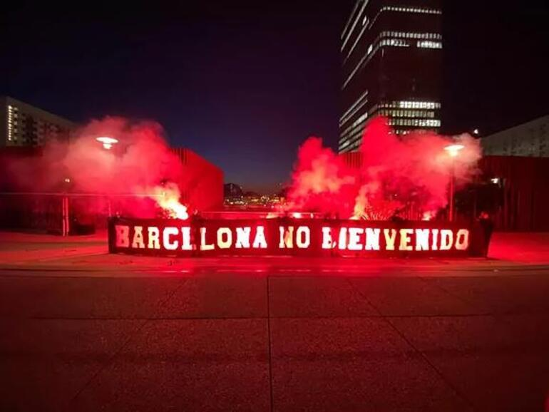 Pariste Barcelona maçı öncesi tepki çeken Shakira pankartı